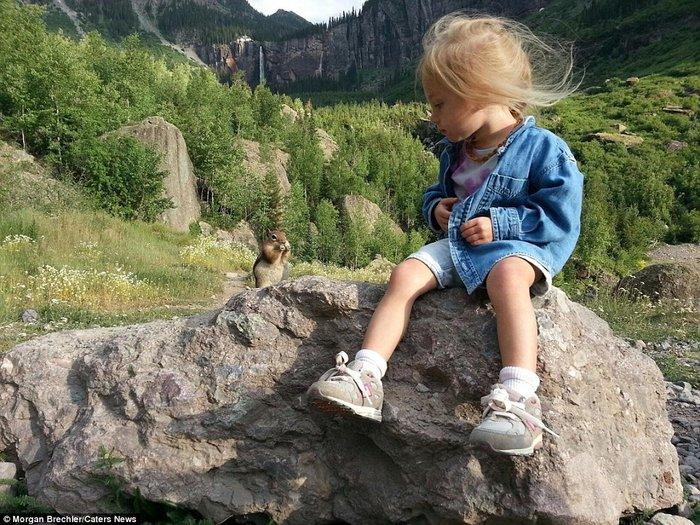 Kızını doğa ile iç içe büyütüyor