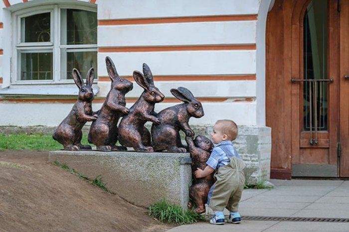 5 Heykel tavşanın tırmanmasına yardım eden çocuk