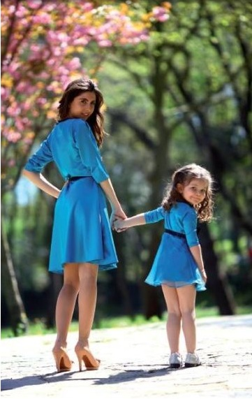 Anne ile kızın mavi elbise kombini