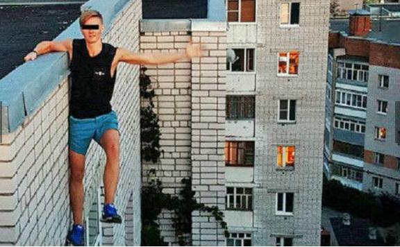 Binanın tepesinde son kez poz veren Rus genç