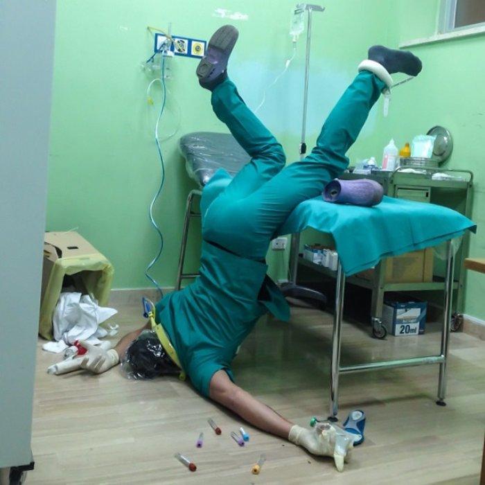 Sağlık görevlisinin sedyeden düştüğü an