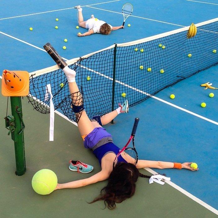 Teniz kortunda feci şekilde düşen sporcu