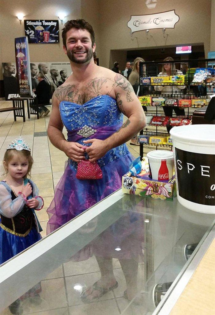 Cinderella filmine giden kız ve amcası