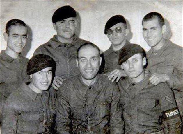 3 Kemal Sunal asker arkadaşları ile birlikte
