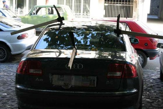 Eşlerinin arabalarına zarar veren kadınlar