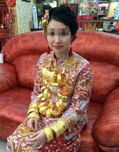 Göz alıcı takıları ile Çin'li gelin